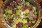 Keptas stirnienos kepsnys su keptais vaisiais ir daržovėmis