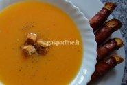 Trinta moliūgų sriuba su duonos skrebučiais ir kumpiu