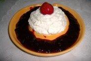 Varškės desertas su trintais juodaisiais serbentais