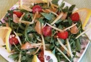 Gražgarstės salotos su lašiša, kietuoju sūriu ir garstyčių padažu