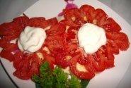 Pomidorų užkandėlė su mocarela sūriu