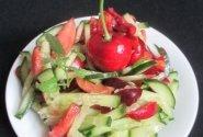 Agurkų ir trešnių salotos
