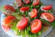 Sumuštinukai su tunu, pomidorais ir salotų lapais