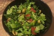 Salotos su alyvuogėmis ir pomidorais