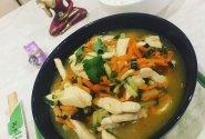 Saldžiarūgštė vištiena su morkų ir agurkų šiaudeliais