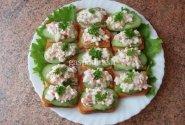 Canape's su krabų salotom