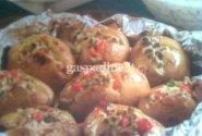 Folijoje keptos bulvės su sūrio padažu