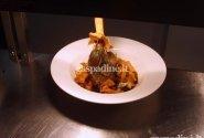 Ėriuko kulšnis su šakninėmis daržovėmis bei pastarnokų čipsais