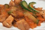 Kiniška vištiena su morkomis ir agurkais
