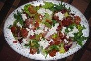 Rukolos salotos su grūdėta varške ir vytinta mėsa