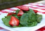 Žalumynų salotos su braškėmis