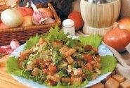 Duonos salotos su pomidorais