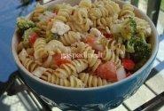 Makaronų salotos su feta sūriu ir daržovėmis