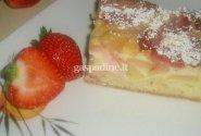 Pyragas su kriaušėmis ir braškėmis