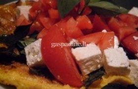 Kiaušinienė su feta sūriu, pomidorais ir baziliku