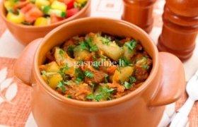 Moliniame indelyje kepta mėsa ir bulvės