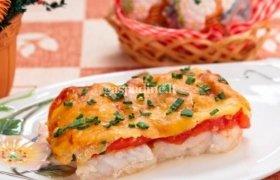Kepta žuvis su pomidorais ir sūriu
