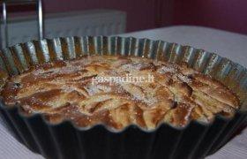 Biskvitinis obuolių pyragas su razinomis