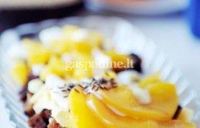 Persikų salotos su kepta duona