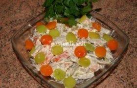 Salotos su morkomis, agurkais ir vytinta dešra