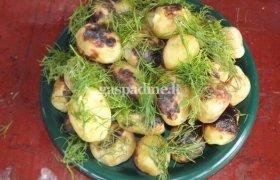 Žarijose keptos bulvės folijoje
