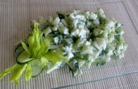 Agurkų - salierų salotos