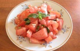 Pomidorų salotos su baziliku