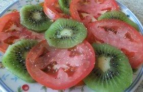 Pomidorų ir kivių salotos