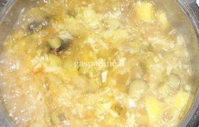 Raugintų kopūstų ir agurkų sriuba su džiovintais kalpokais