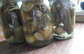 Konservuoti agurkai su krapais ir pipirais