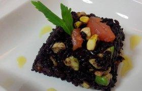 Lašišos tartaras su avokadu ir laimu, patiekiamas su juodaisiais ryžiais