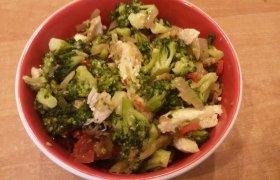 Salotos su brokoliais ir vištiena