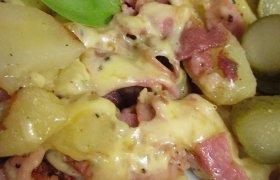 Keptuvėje keptos bulvės su šonine ir sūriu