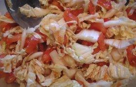 Pomidorų ir Pekino kopūstų salotos