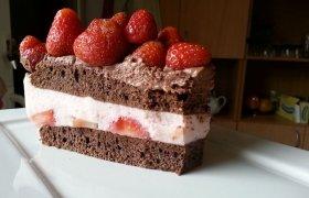 Šokoladinis desertas su braškių ir maskarponės kremu