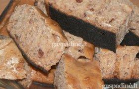 Pyragas su šaldytom braškėm ir svarainiais