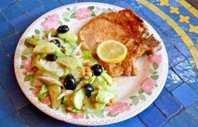 Kiaulienos kepsnys su gaiviomis salotomis