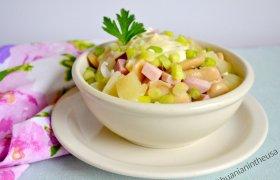 Sočios pupelių, kumpio ir ananasų salotos