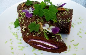 Kakavinio vyniotinio tortas ,Kelmas'' su varške ir juodaisiais serbentais