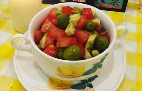 Avokadų ir pomidorų salotos su greipfrutais