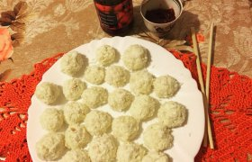 Kokosiniai kamuoliukai su aviečių uogiene