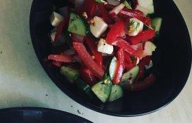 Daržovių salotos su brinza ir kedrų riešutais