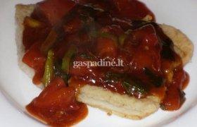 Saldžiarūgštė kepta žuvis su pomidorais ir svogūnų laiškais