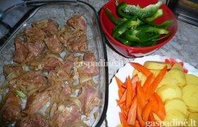 Orkaitėje troškinta kiauliena su daržovėmis