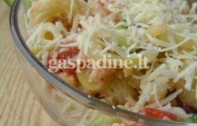 Makaronų salotos su slyvomis ir riešutais