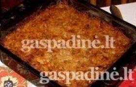 Kaimiškas kugelis su spirgų ir svogūnų padažu