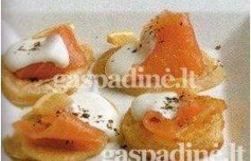Aukštaitiški bulviniai sklindžiai su rūkyta lašiša ir grietine