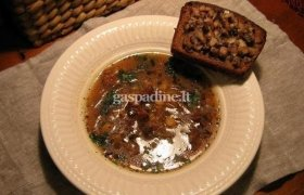 Grybų, svogūnų, žirnių sriuba su silkiniu skrebučiu