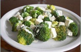 Brokoliai su feta sūriu