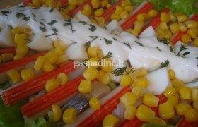 Salotos su silke ir krabų lazdelėmis